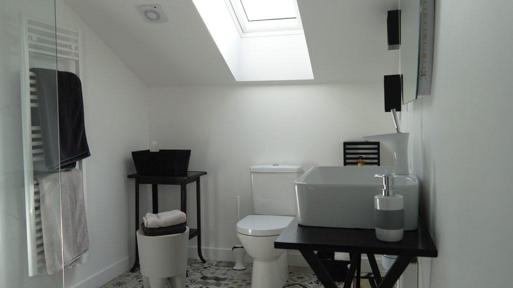 La salle de bain de la chambre 14