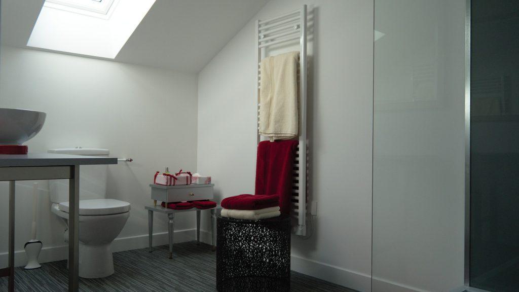 La salle de bain de la chambre 16 vue de l'entrée