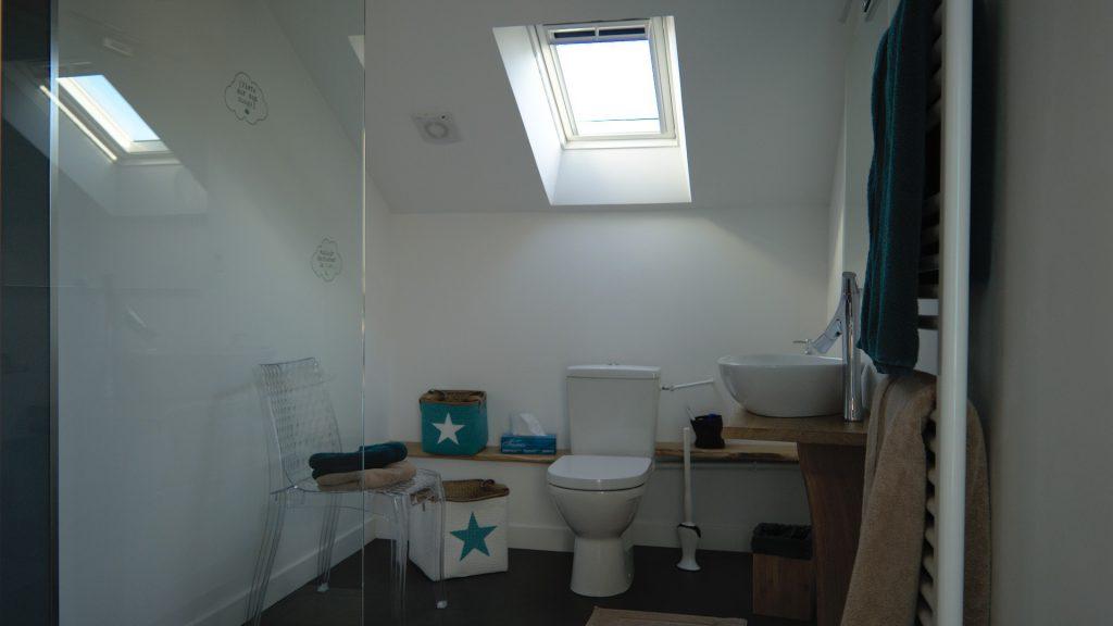 La salle de bain de la chambre 18