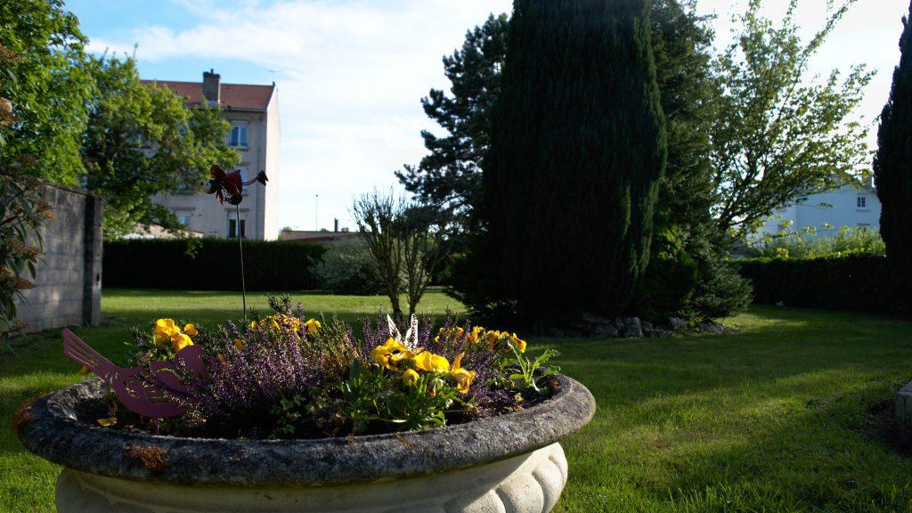 Massif de fleurs dans le jardin de la maison Mirabeau